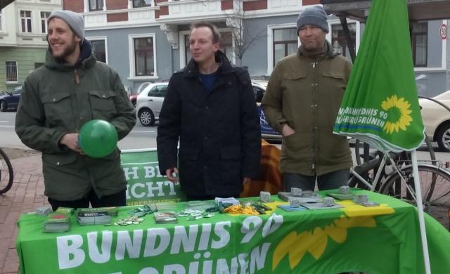 Equal Pay Day 2017-03-18: Eike Lengemann (m.), Mitglieder der Stadtteilgruppe Linden Limmer (l., r.)